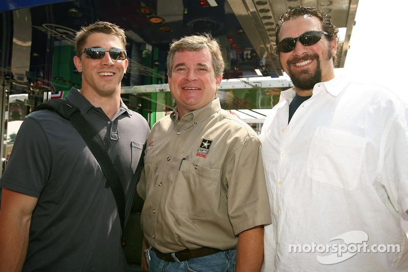 Dave Granito, entraîneur adjoint pour les New Englet Patroits, Joe Nemechek, pilote de la #01 U.S. Army Chevrolet, Matt Patricia, entraîneur de la ligne arrière pour les New England Patroits