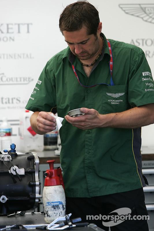 Un membre de l'équipe Aston Martin Racing au travail