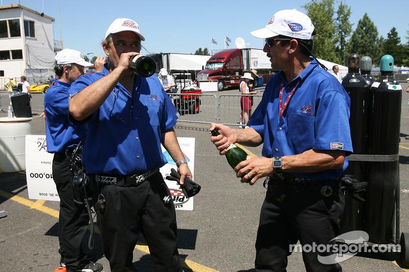 Défi de l'équipe de stand : es membres de l'équipe Alex Job Racing célèbrent la victoire