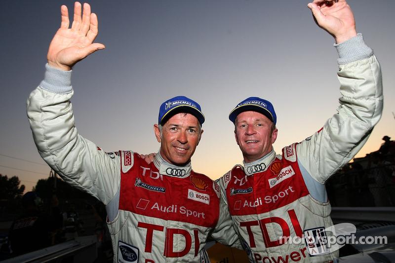 Les vainqueurs de la course Rinaldo Capello et Allan McNish célèbrent