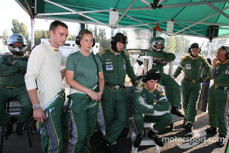 Andrea Piccini et l'équipe Aston Martin Racing regardent la course