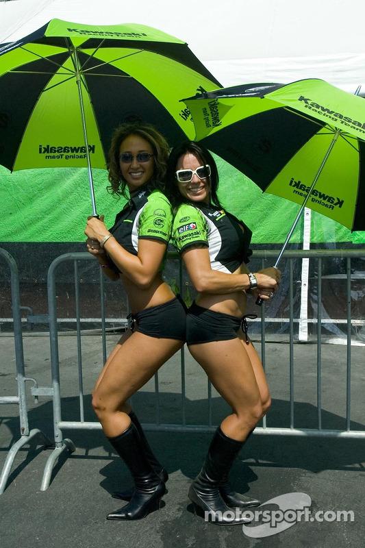 Des jeunes femmes Kawasaki avec un parapluie