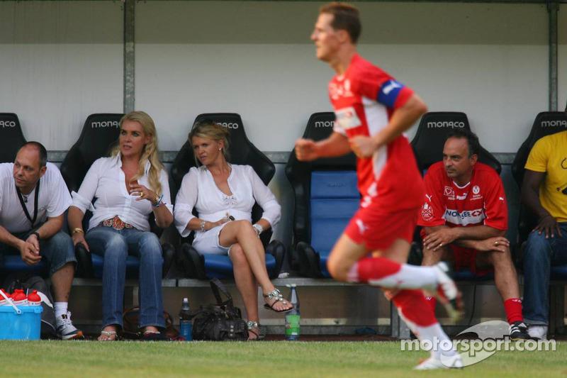 Spiel des Herzens, les stars de la F1 jouent contre les stars de RTL pour l'UNESCO: Corina Schumacher regarde le match