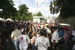 Les chasseurs d'autographes se sont réunis devant l'entrée du Dunhill Drivers Club