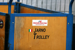 Kiste mit Aufschrift Jarno Trulli