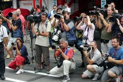 Fotógrafos esperan a Michael Schumacher