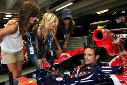 Formula Unas girls Maja Dejanovic, Sophie Gassmann, Enyerlina Sanches and Vitantonio Liuzzi in the garage