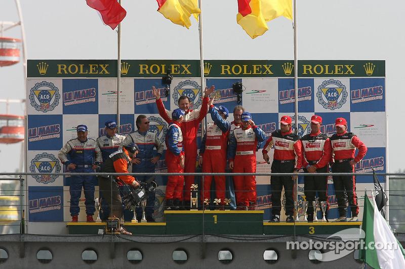 Podium LMP2 : les grands vainqueurs Thomas Erdos, Mike Newton et Andy Wallace, avec en seconde place Bill Binnie, Allen Timpany et Yojiro Terada, et en troisième place John Macaluso, Ian James et James Gue
