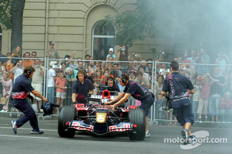Red Bull Show Run Budapest: Neel Jani con su equipo
