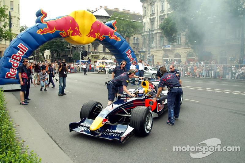 Red Bull Show Run Budapest: Robert Doornbos with his crew