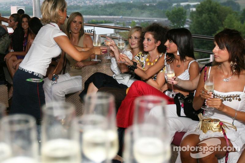 Jueves en la estación de energía de Red Bull: con las chicas Formula Unas
