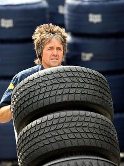 Un miembro del equipo Red Bull Racing con neumáticos