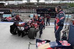 Vitantonio Liuzzi es empujado al garaje
