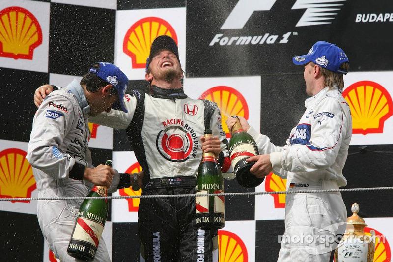 Podio: champagne para ganador de la carrera Jenson Button, segundo lugar Nick Heidfeld y tercer lugar Pedro de la Rosa