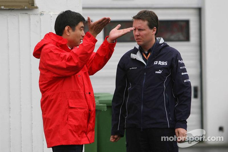Hisao Suganuma, director técnico de Bridgestone con Sam Michael