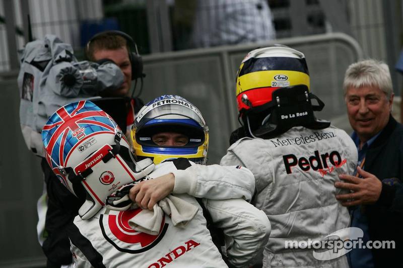 Ganador de la carrera que Jenson Button celebra con el segundo lugar Pedro de la Rosa y el tercer lugar Nick Heidfeld