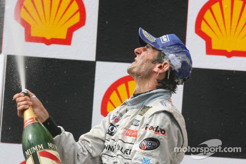 Podio: champagne para Pedro de la Rosa