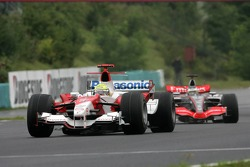 Ralf Schumacher leads Pedro de la Rosa