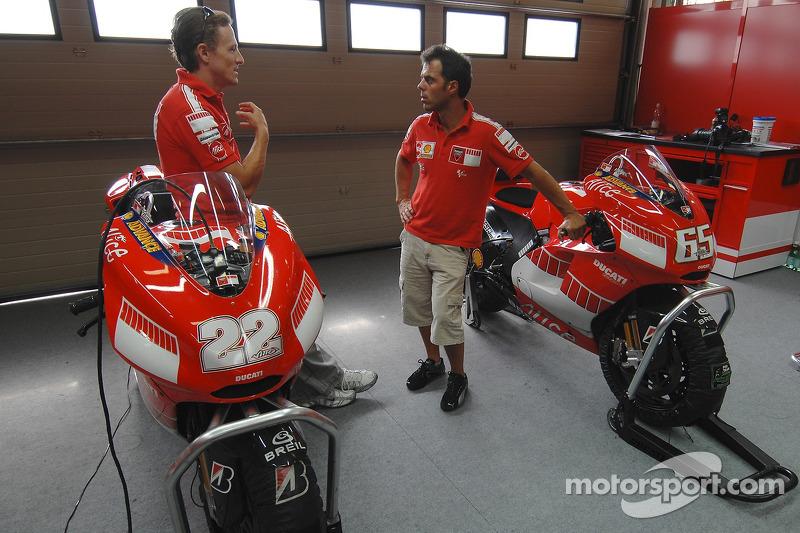 Sete Gibernau y Loris Capirossi con el nueva 800cc Ducati Desmosedici