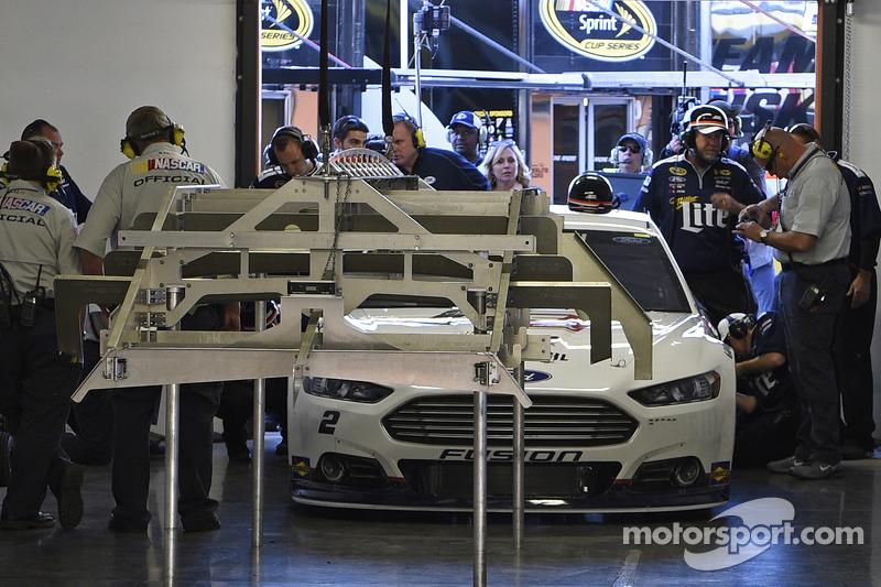 Brad Keselowskis Auto wird im Qualifying von NASCAR untersucht