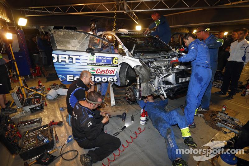 M-Sport механіки ремонтують розбиту машину of Отт Танак та Молдер Райго