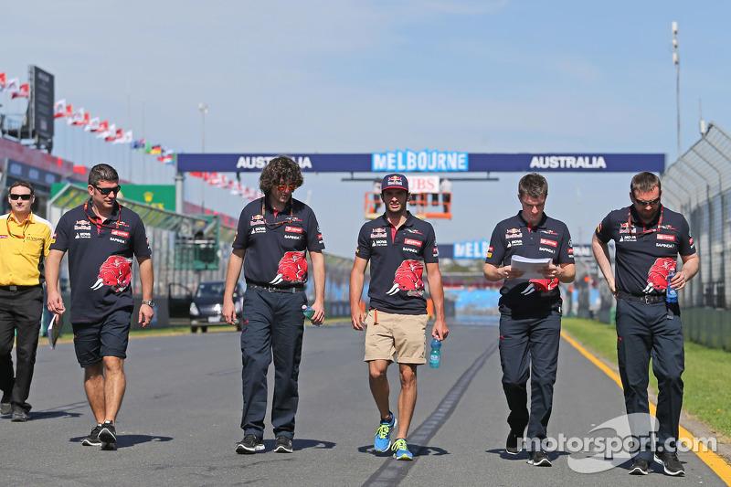 Carlos Sainz jr., Scuderia Toro Rosso, beim Trackwalk