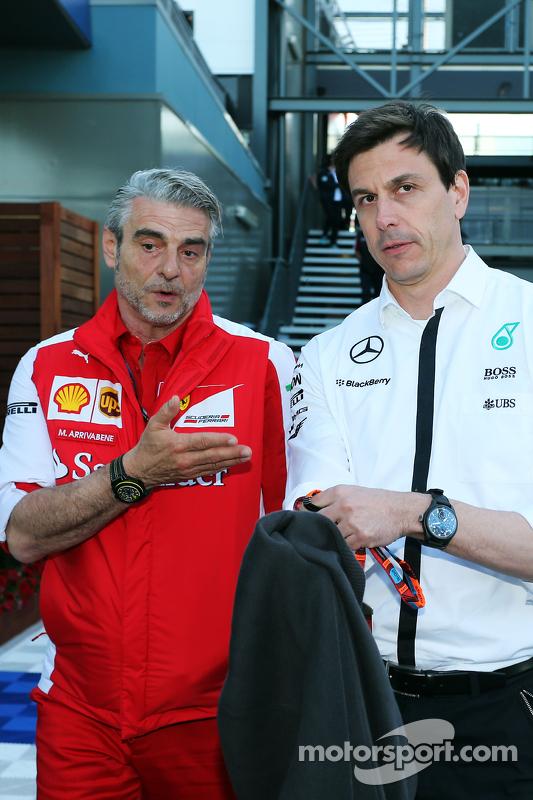 Maurizio Arrivabene, Ferrari-Teamchef, mit Toto Wolff, Mercedes-Sportchef