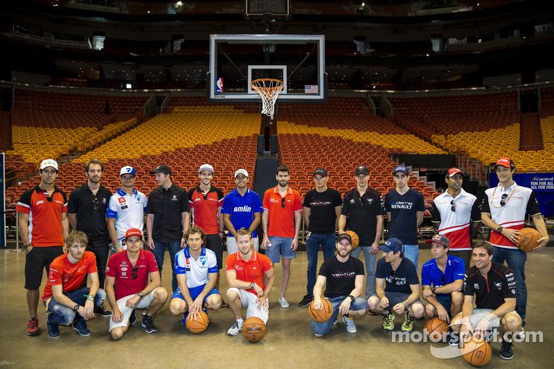 Foto de grupo de los pilotos en la cancha del Miami Heat, Miami ePrix