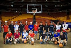 Foto de grupo de los pilotos en la cancha del Miami Heat