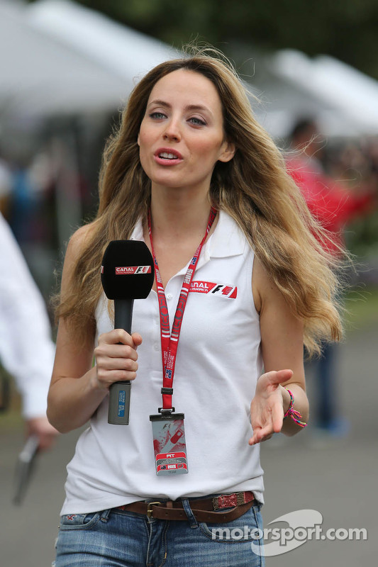Bezaubernde TV-Reporterin