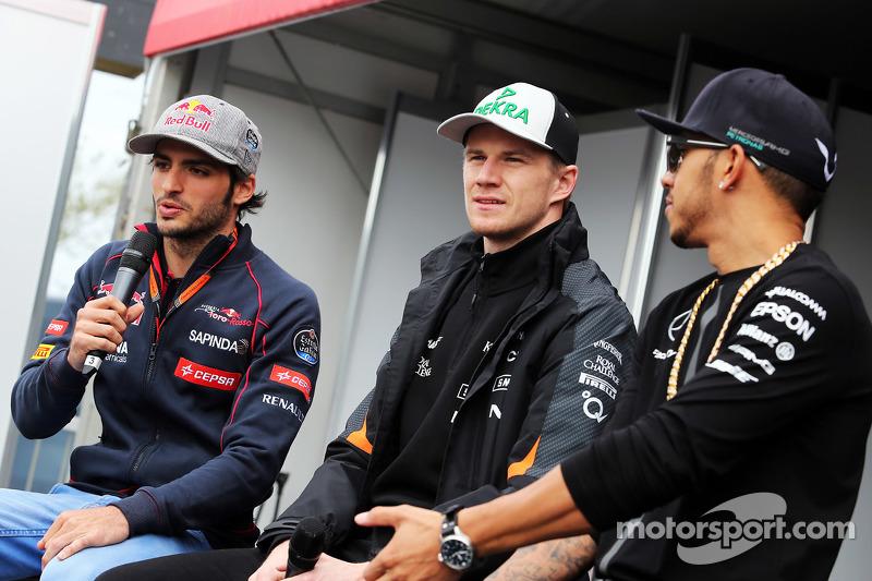 (da sinistra a destra): Carlos Sainz Jr., Scuderia Toro Rosso; Nico Hulkenberg, Sahara Force India F1; e Lewis Hamilton, Mercedes AMG F1 durante la sessione di autografi