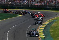 Start: Lewis Hamilton, Mercedes AMG F1, in Führung
