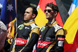 (L to R): Pastor Maldonado, Lotus F1 Team and team mate Romain Grosjean, Lotus F1 Team on the grid