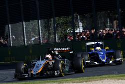 Nico Hulkenberg, Sahara Force India y Marcus Ericsson, Sauber F1 Team