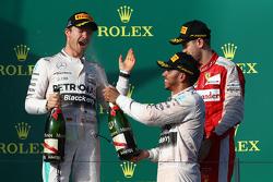 Le vainqueur Lewis Hamilton, Mercedes AMG F1, le deuxième, Nico Rosberg, Mercedes AMG F1 W06 et le troisième, Sebastian Vettel, Ferrari