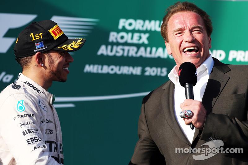 1. Lewis Hamilton, Mercedes AMG F1, auf dem Podium mit Arnold Schwarzenegger
