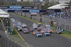 Départ : Mark Winterbottom, Prodrive Racing Australia Ford mène alors que Marcos Ambrose se crashe