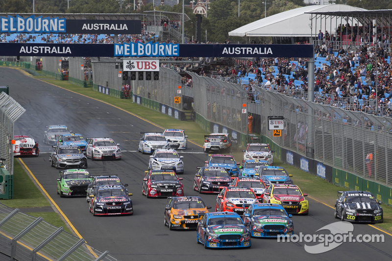 Start: Mark Winterbottom, Prodrive Racing Australia Ford memimpin as Marcos Ambrose crashes