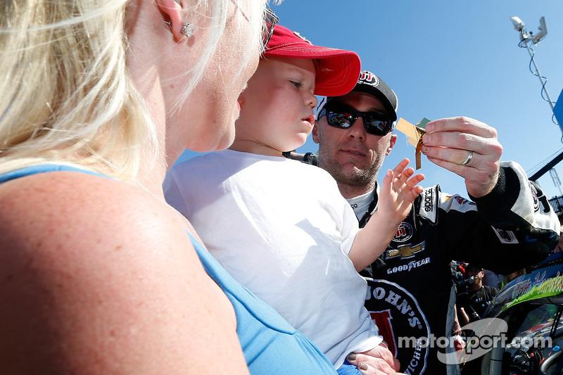 Juara balapan Kevin Harvick bersama his family di victory lane