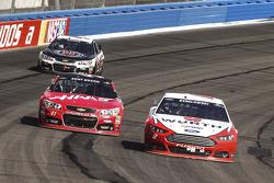 Brad Keselowski, Team Penske Ford, Kurt Busch, Stewart-Haas Racing Chevrolet