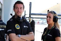 (Von links nach rechts): Jolyon Palmer, Test- und Ersatzfahrer Lotus F1 Team, mit Carmen Jorda, Entwicklungsfahrerin Lotus F1 Team