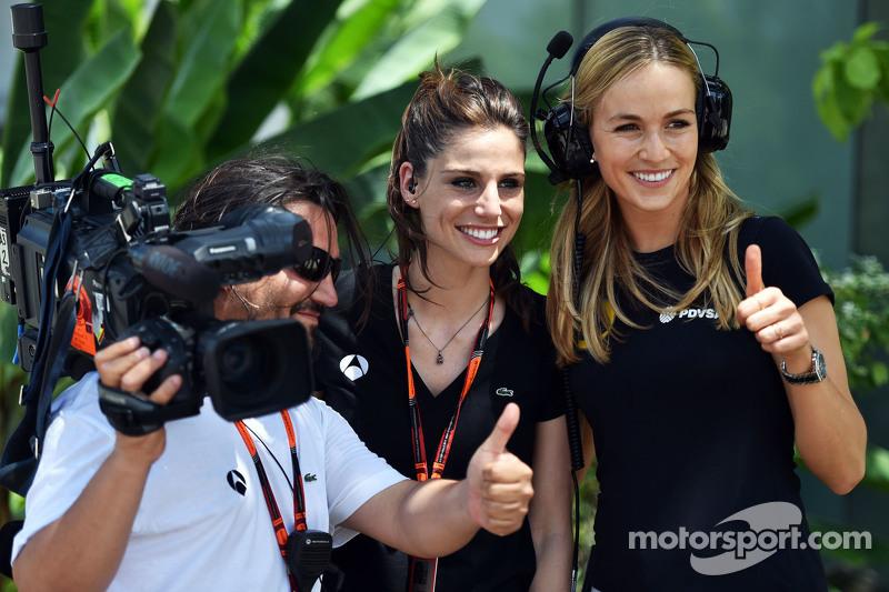 (从左到右)Lucia Villalon Puras, 电视记者,卡门·乔达,路特斯F1车队发展车手