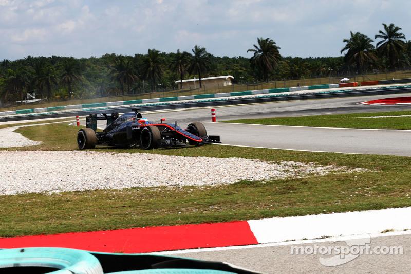 Fernando Alonso, McLaren MP4-30 runs wide