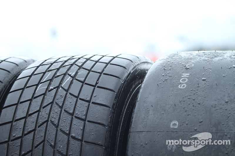 Neumáticos de lluvia y neumáticos lisos