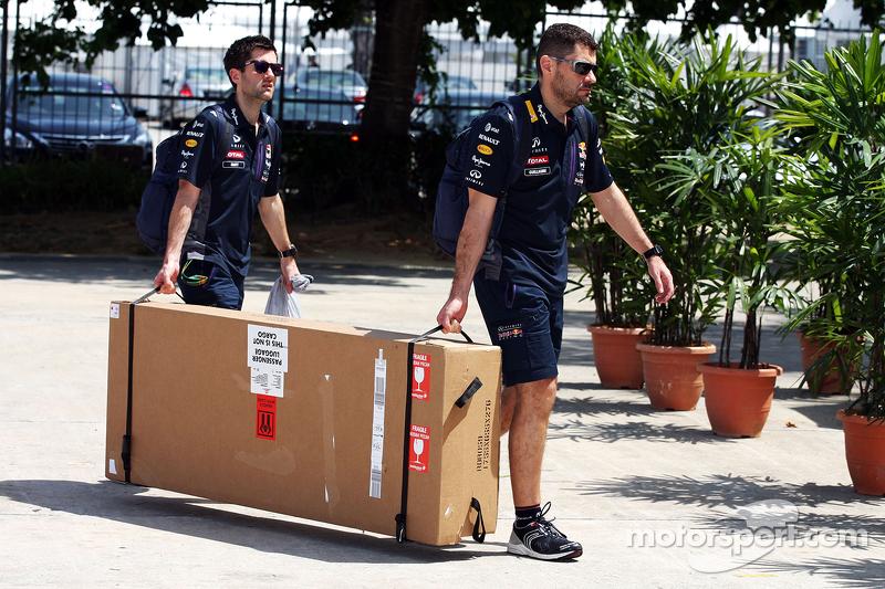 Guillaume Rocquelin, Red Bull Racing Jefe de Carrera de Ingeniería, con una entrega al paddock