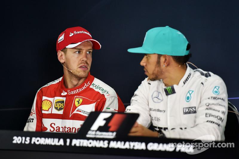 (Kiri ke Kanan): Sebastian Vettel, Ferrari dan Lewis Hamilton, Mercedes AMG F1 dalam Konferensi Pers