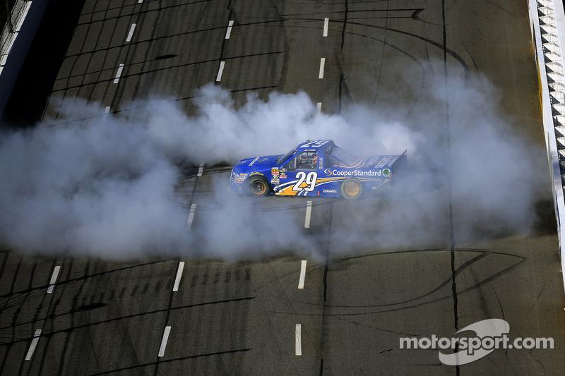 1. Joey Logano, Brad Keselowski Racing, Ford, feiert