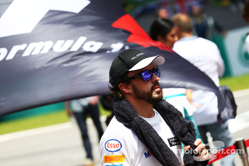 Fernando Alonso, McLaren en la parrilla observa el himno nacional