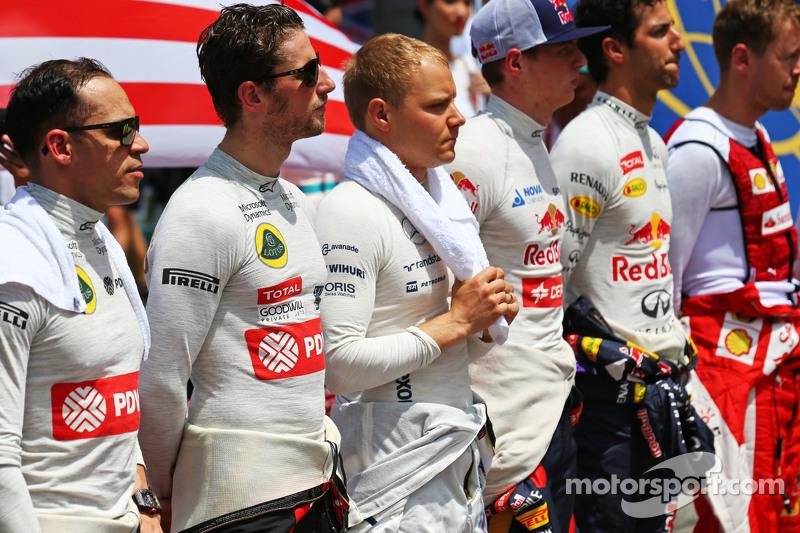 帕斯托·马尔多纳多, 路特斯F1车队,和罗曼·格罗斯让, 路特斯F1车队,起步线上正在奏响国歌