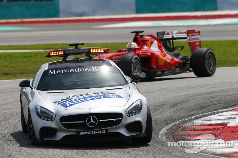 Sebastian Vettel, Ferrari SF15-T memimpin behind the FIA Safety Car